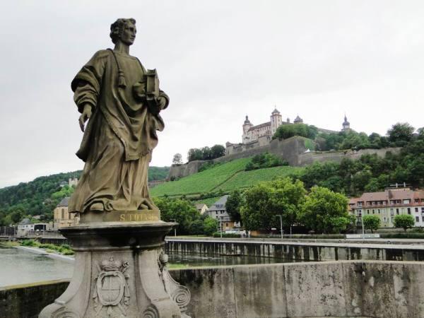 在美因河桥上,雕塑和玛丽山要塞