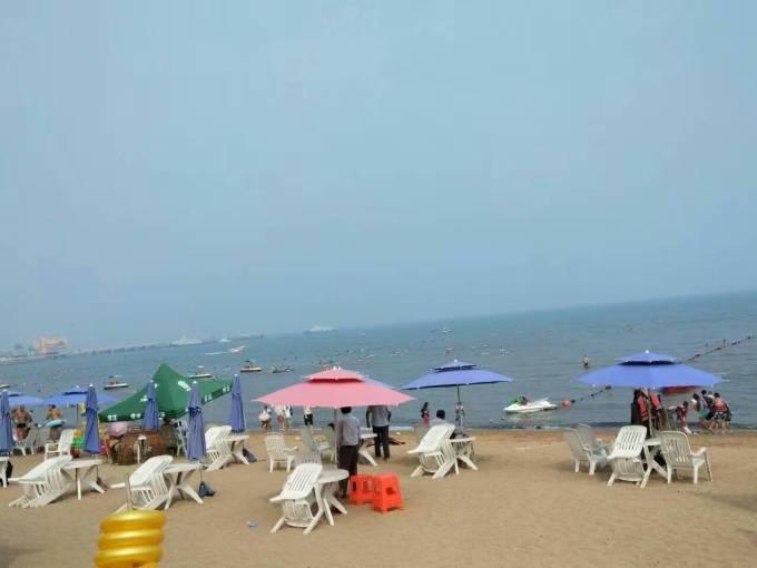 亚地区重要景观。 龙湾海滨自1990年开始利用。这里山海相接,海岸弯曲,渔舟绰绰,景色秀丽,风光迷人。2003年评为国家4A级风景区,全国唯一的自然海滩。 龙湾海滨,本地人俗称为313,名字来源于海滨旁边的解放军第三一三医院,是