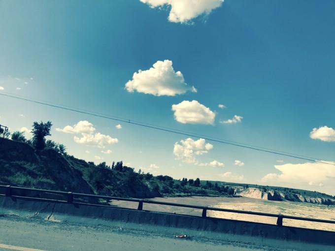 沿途风景不错呦,蓝蓝的天空白云飘 街道 一个人,一把吉他,一个梦想,这