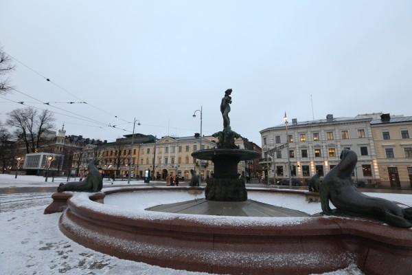 四国这种,趁着有时间把能去的都去了,俗称的旅游。而我们其实本质上还是想看极光,所以会深入到芬兰北部,在北极圈里待4天3晚。 赫尔辛基的景点包含参议院广场,赫尔辛基大教堂等等,波罗的海少女雕像真看不出有什么神奇的地方。这点上中国的一些雕塑艺术才堪称经典,敦煌、龙门,分分钟秒杀懒惰的欧洲人 放图  赫尔辛基大教堂  波罗的海少女雕像   市政厅  市集广场。 赫尔辛基整个城市真的很小,只有686平方公里,什么概念,上海是6340,也就是他只有上海的十分之一大小。除了建筑是古典的欧式建筑外,一些商场也和上