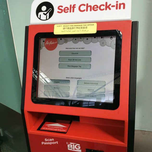 机场的出发大厅,会看见很多亚航自助机子,可以扫描二维码打印登机牌,同时自助机子也会提示你有没有行李托运,有的话就一起把行李托运条码打印出来,然后贴在行李上,拿去柜台托运。 如果你选择自己提前把亚航发给你的登机牌打印好,那么就不必花时间使用自助机子,可以直接去柜台托运行李了! 2.