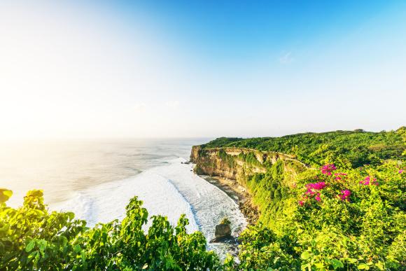 蜜月湾俱乐部海龟岛乌鲁瓦图情人崖蓝点玻璃教堂悬崖海景蓝点下午茶金巴兰海滩烛光海鲜烧烤 -----早餐后,驱车前往【蜜月湾俱乐部】(约150分钟),南湾也叫贝诺湾或蜜月湾,这里海阔天蓝。我们为您准备了丰富多彩的沙滩活动:沙滩排球、飞镖、放风筝、以及传统艺术活动(编传统发瓣、刺青彩绘)2选一,这些都是免费提供给您的。您也可以向当地导游咨询选择自费参加海底漫步、飞鱼、降落伞等刺激的水上运动。我们还为您安排了【玻璃底船】(约20分钟)前往南湾对岸的【海龟岛】(约40分钟),沿途海风徐徐,您可悠哉地喂食海