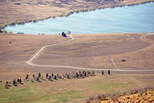 蜿蜒的山路和流转的溪水,在旷野上留下了自由的纹路,画卷天成.