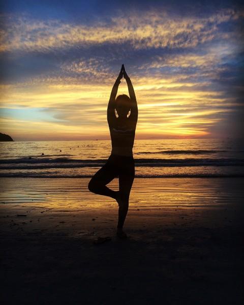 借著夕陽擺一個瑜伽pose.圖片