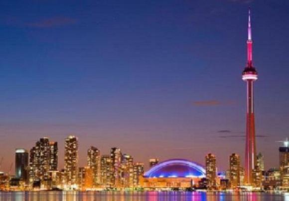 不管是白天还是黑夜,该塔无疑是多伦多最壮观的景色
