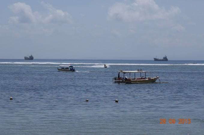 不过话说巴厘岛的白沙滩很少,大多是像金巴兰海滩那样的深色沙粒的