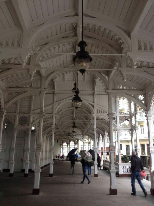 公园温泉回廊白色铸铁长廊相互连接,纤细的雕花装饰图案显得异常优雅图片