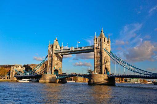 享受完美味的早餐后,我们将前往剑桥,游访名校,探访约克。 【剑桥大学】 剑桥大学(University of Cambridge)成立于1209年,最早是由一批为躲避殴斗而从牛津大学逃离出来的学者建立的。亨利三世国王在1231年授予剑桥教学垄断权。剑桥大学和牛津大学(University of Oxford)齐名为英国的两所最优秀的大学,被合称为Oxbridge。是世界十大学府之一,81位诺贝尔奖得主出自此校。中国著名诗人徐志摩的再别康桥中所指的康桥便是这里。 自费项目及门票价格参考: 【剑河荡
