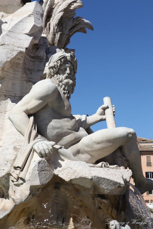 四河喷泉,它位于广场中央,喷泉上有四个人物雕像,分别代表世界