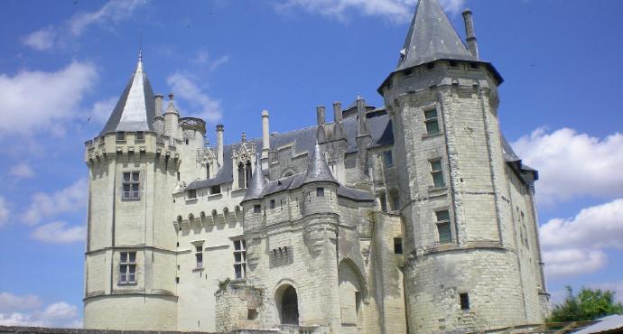 索米尔城堡坐落在卢瓦尔河谷地区,位于著名的国王之谷的必经之路上。建立于11世纪末的城堡曾几度成为防御工事、休闲别墅、王室高级官员在索米尔的住所、监狱、存放武器弹药的仓库。 高高耸立的八角形塔楼,带着中梃的古老窗户,哥特式三角楣,装饰着百合花的雉堞,精美无比的索米尔城堡就像神话故事中的城堡,它的倩影优雅地倒映在卢瓦河流中。