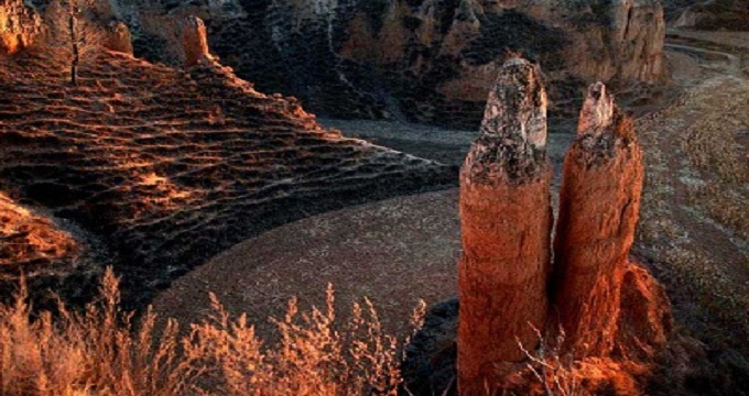 榆社县著名的历史古迹有:响堂寺千佛洞、文峰塔、云竹湖。在民俗传统文化方面,榆社县旧有端午节踏柳之俗,文峰塔建成之后,民间相传游塔可治百病,于是踏柳被游塔替代。此俗相沿数百年而不变,故每逢端午节游人云集如织。