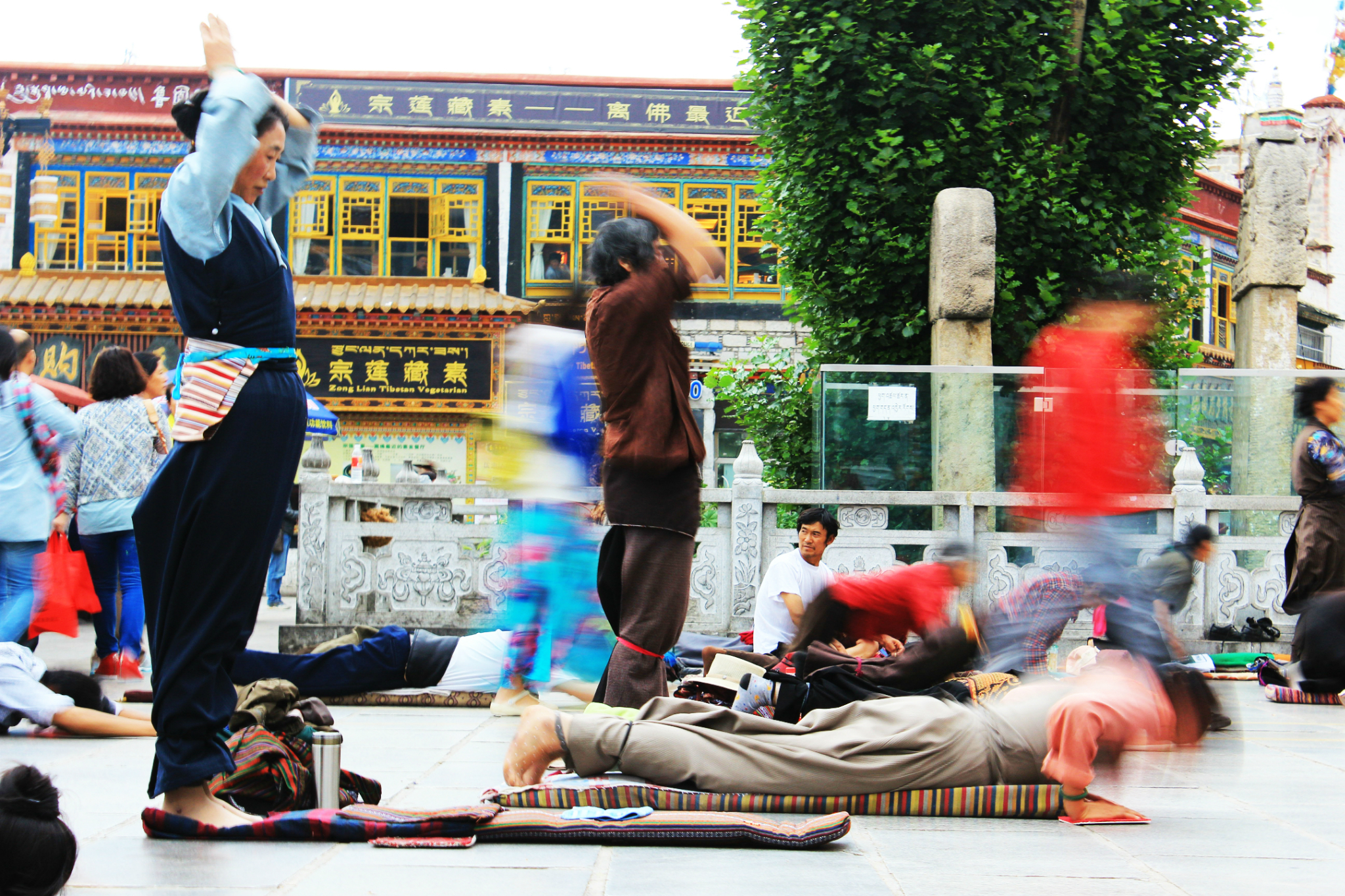 lhasa people praying