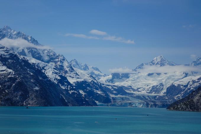 阿拉斯加被称作世界之巅,倒不是因为海拔的原因。这里的北美洲最高峰麦金利山,高度也只是6194米;因为在世界地图上,阿拉斯加位于最顶端的位置。这片位于极北之地的广袤土地,是美国面积最大的一个州,相当于2.5个法国,或7个英国,人口仅73万(美国统计局2014年数据)。冰川雪峰,森林原野,河流湖泊,加上众多稀罕的动物,使这里成为许许多多人心目里的旅游或探险圣地。但是由于位置偏远,交通相对不易,气候严峻,费用昂贵,使大多数人只能心向往之,未能付诸行动。 妻子的同学Helen邀我们同游阿拉斯加,没犹豫就答应了。