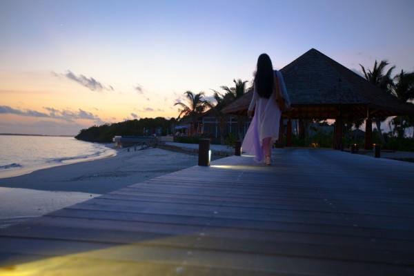 马尔代夫 游记  夕阳,在拖尾沙滩,神仙珊瑚岛的标志歪脖子椰子树,和