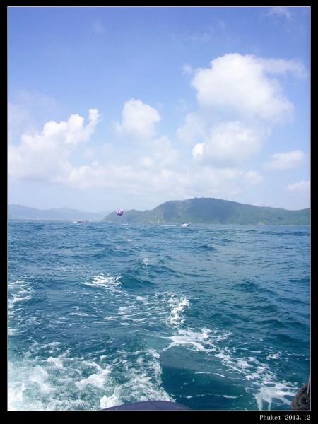 就到了第一个目的地珊瑚岛(不知道记错没有),远远的看见了在海上跳伞