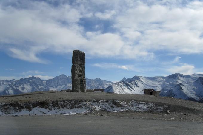 开车只能看到路上中间的白色的线,一边是山上坠石,一边是悬崖.