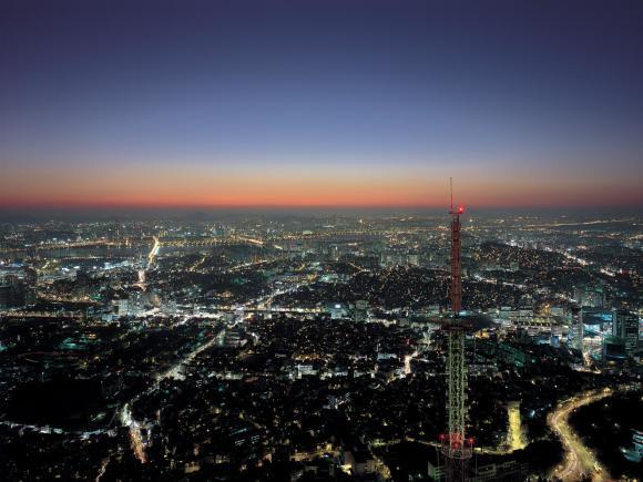 首尔南山塔(N首尔塔)位于首尔市龙山区南山公园路,位于海拔243.0米的南山公园,塔高236.7米(塔身135.7米,铁塔101米)。 南山塔不仅位于首尔市最大的公园(南山公园),而且位于首尔市中心。作为首尔的象征,东边龙门山,西边仁川前海与仁川港,南面可以远望南汉山城,北面又可以俯视松岳山。  楼层指南  N首尔塔展望台 N首尔塔广场有三个空间,底层广场空间、周边露天空间、乘坐电梯上去的展望空间。进入展望台,位于展望窗的屋顶和地板部分使用了30厘米宽的玻璃,因此很多乘客在这里瞭望的时候会有悬于悬崖上的感