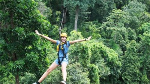 在普吉岛的丛林飞跃