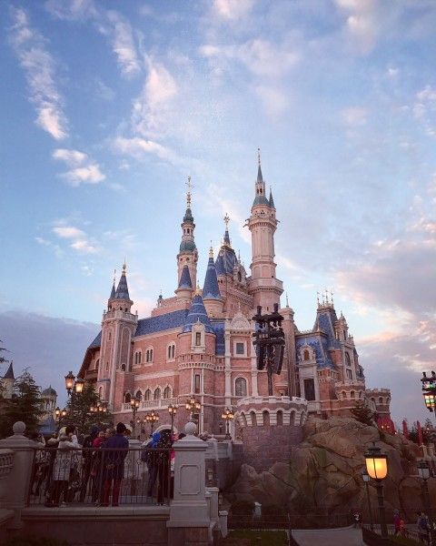 城堡下分时段会有和白雪公主合影的机会,想说白雪公主真的美爆了好吗!
