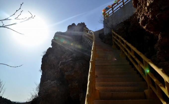 位于葫芦岛市西北45公里处,现属连山区山神庙子乡凉水井子村。村南山根有一池泉水,清凉透彻终年流淌,村名由此而得。核心景区占地约12平方公里,特色是:山峰峻秀、古刹雄奇、岩石怪异、石洞幽深。灵山寺列为市级文物保护单位,国家AAAA级景区。 灵山景观很美,层层远山雾罩真容、陡峭巨石上,劲松傲立岩缝生根。怪石形象生动有趣,像玉兔、肥猪、山羊、猛虎、顽猴当地人们常说:灵山的石头砬子藏着十二属相游人惊叹真是天然造就,千姿百态,惟妙惟肖。石洞也有奇观,透光的山顶叫南天门,石棚大厅叫无极洞,里面能容纳上千