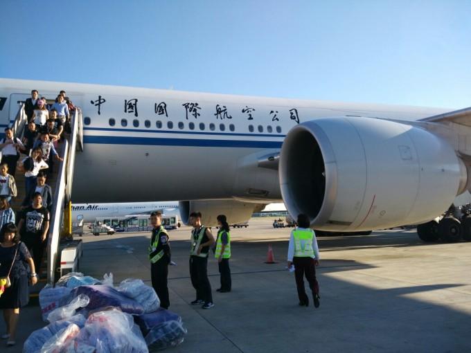 我们从上海飞北京,然后转机飞洛杉矶,回来也是这样.