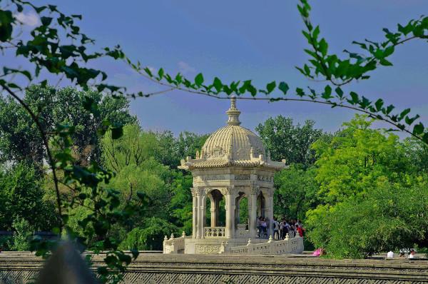 圆明园位于北京市西郊,原为清代一座大型皇家御苑,它的陆上建筑面积和故宫一样大,水域面积又等于一个颐和园。圆明园汇集了当时江南若干名园胜景的特点,这座超巨型园林就是当之无愧的世界园林之王了。遗憾的是,1860年英法联军洗劫圆明园,园中的建筑被烧毁,文物被劫掠,奇迹和神话般的圆明园变成一片废墟,只剩断垣残壁,供游人凭吊。 然而我所了解的事实是黄花阵在清朝灭亡后被民国时期的京城老百姓拆毁的。圆明园从1860年第二次鸦片战争被英法联军掠夺开始,长达一百多年时间被断断续续的拆毁,先是英法强盗抢走部分重要易匿藏或易