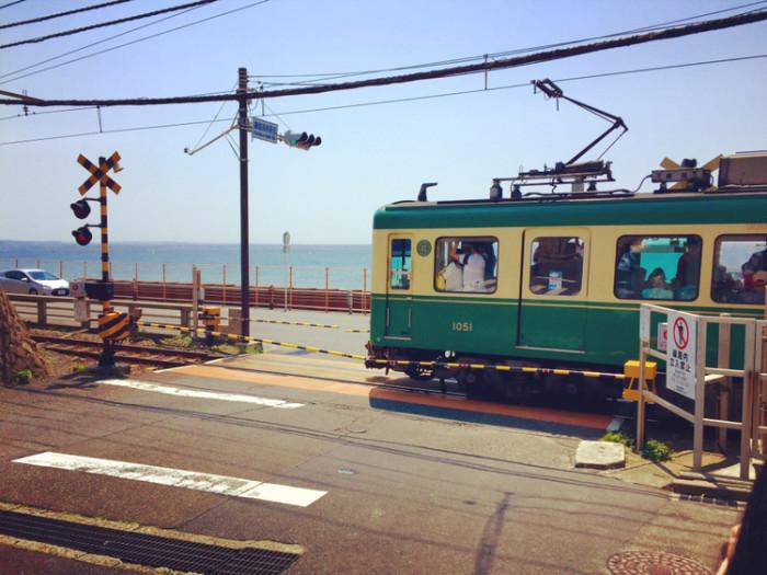 到镰仓还是要坐小田急线,到片濑江之岛站换江之电,到镰仓高校,鹤岗八