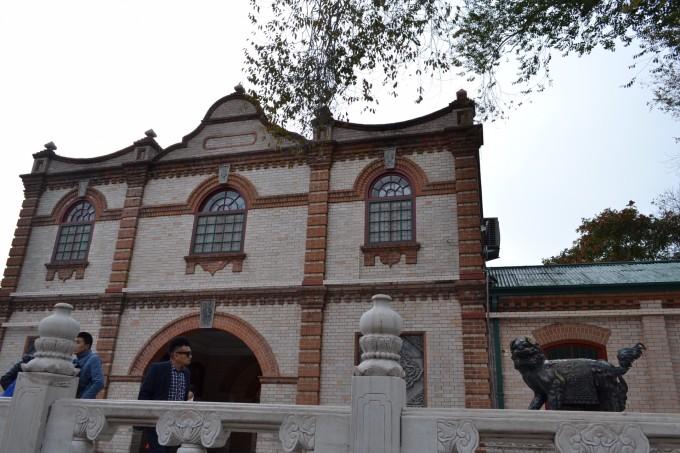 北京动物园也是古迹,不仅有动物看,还有很多老建筑甚至遗址。有些要走到少有人走的地方才能遇到。 乐善园遗址位于北京动物园内,兴建于康熙年,乾隆年重修,后逐渐败落清末在此基础上建起农事试验场。1949年改名西郊公园,1955年定名北京动物园。畅观楼、鬯春堂、荟芳轩、豳风堂等建筑各具特色,错落有致地分布园内。 此行并没专门补习知识,回来稍查,留待再次游览。 关于【乐善园遗址】和【继园】的典故: 今动物园北后门即为乐善园大门。 因康亲王杰书平定耿精忠叛乱有功,康熙帝遂将位于今北京动物园东部,及北京展览馆西部土地赐
