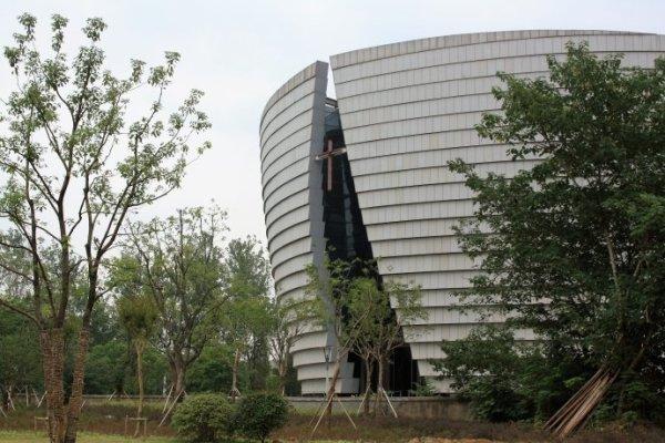 江苏大剧院占地面积约20万平方米,建筑总面积27万平方米,是江苏省境内最大的文化工程。江苏大剧院包括2280座的歌剧厅、1001座的戏剧厅、1500座的音乐厅和2711座的大综艺厅,还有小综艺厅以及附属配套设施。满足歌剧、舞剧、话剧、戏曲、交响乐、曲艺和大型综艺演出功能需要,具备接待世界一流艺术表演团体演出的条件和能力 关于它,有一段非常美的文字:在潮起潮落的长江之畔,在古都南京河西滨江新城,四颗水滴似的建筑诗意地栖息在荷叶状高架平台上,形成了一组柔和壮美的现代艺术建筑群。她,就是江苏大剧院。荷叶