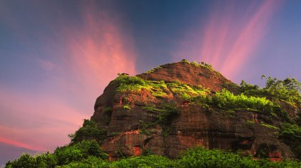 广西烟霞山风景区位于广西钦州市灵山县烟墩镇,其地貌是由红色砂岩