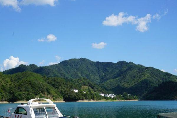 车行黄山风景区的山水之间,皖南的蓝天白云,青山绿树,再次让我们流连