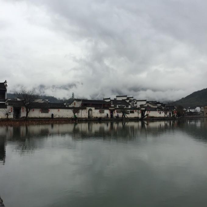 隔湖相望對岸的小村莊,青瓦土墻,起伏屋檐,綿延青山,云霧繚繞.